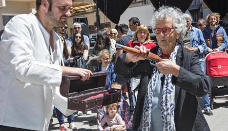 La il·lustradora va rebre el Pedrenyal d'Honor de mans de l'alcalde Marcel Pujol.