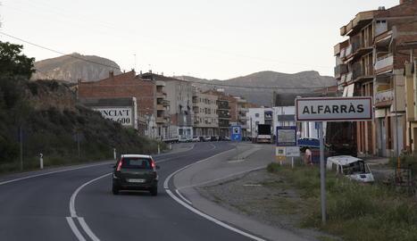 La carretera N-230 al seu pas per la població d'Alfarràs.