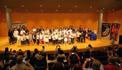 Imatge d'arxiu dels participants de la divuitena edició del Concurs Instrumental Sant Anastasi, després de l'entrega de premis a l'Auditori Enric Granados.