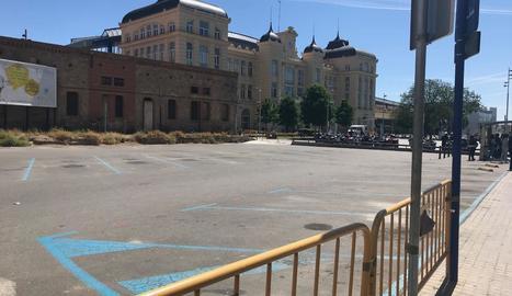 A l'esquerra, imatge presa al matí, quan estava previst iniciar les obres, i a la dreta, a la tarda, quan es va reobrir el pàrquing.