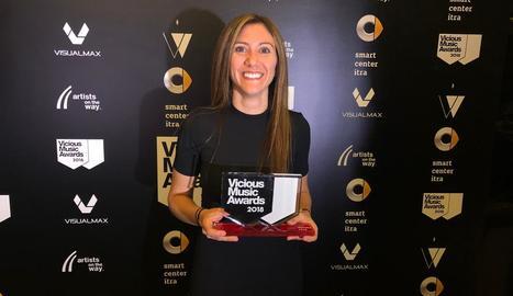 Alba Canas, posant amb el guardó després de la gala Vicious Music Awards celebrada a Madrid.