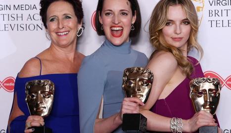 Fiona Shaw, Phoebe Waller Bridge i Jodie Comer, de 'Killing Eve', amb els seus premis Bafta.