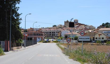 L'accés a la població de Miralcamp des de Mollerussa.