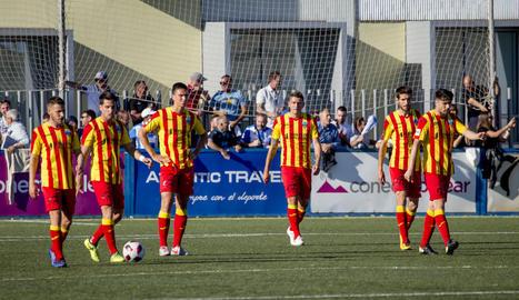 Jugadors del Lleida, abatuts a l'encaixar un dels dos gols que van rebre diumenge davant de l'At. Balears a Son Malferit.