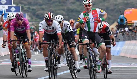 Viviani, a la dreta, va ser desqualificat en l'etapa d'ahir.