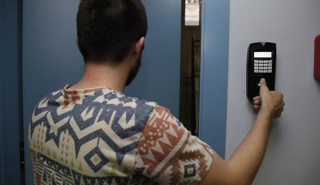 Un treballador registra amb l'empremta dactilar el final de la seua jornada laboral, ahir, a Lleida.