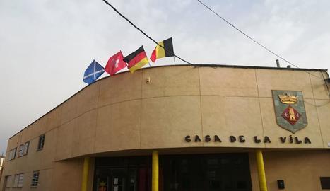 Vista de la façana de l'ajuntament de Torrelameu.