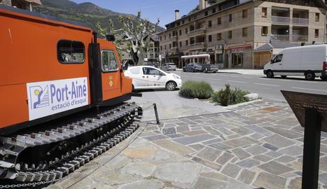 Una antiga trepitjaneu de Port Ainé, convertida en monument a l'estació a l'entrada de Rialp