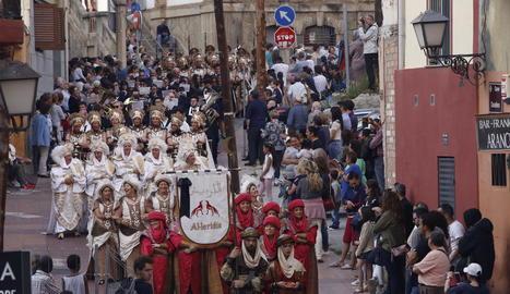 Comparses mores desfilant pel carrer Cavallers durant la festa de l'any passat.