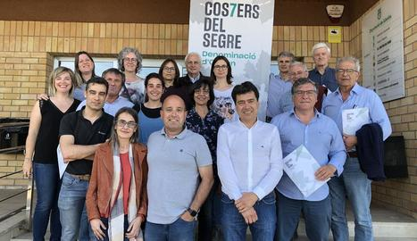 Foto de família de la nova junta de la Costers del Segre, amb Tomàs Cusiné com a president.