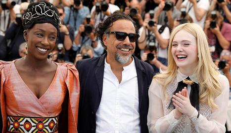 Iñárritu, amb Maimouna N'Diaye i Elle Fanning, ahir a Canes.