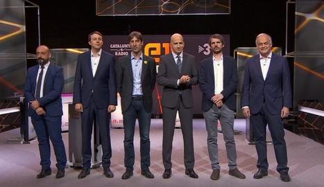 Imatge dels participants del debat i el moderador durant la pausa.