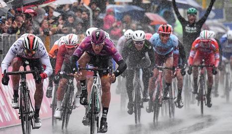 Pascal Ackermann s'imposa a l'esprint sota la pluja.