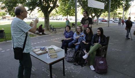 Classes a l'aire lliure per demanar regularitzar els associats.
