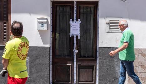 La porta del domicili on va ser trobat el cadàver va ser precintada.