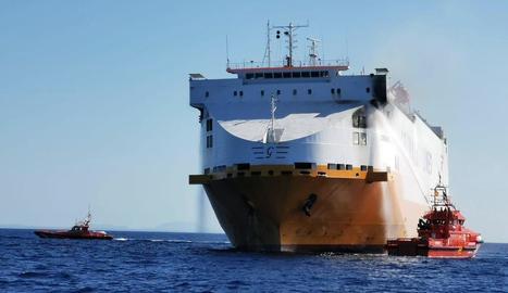 Salvament marítim, realitzant tasques d'extinció.