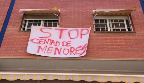 Una de les pancartes en contra del centre de menors que els veïns de Rubí han penjat.