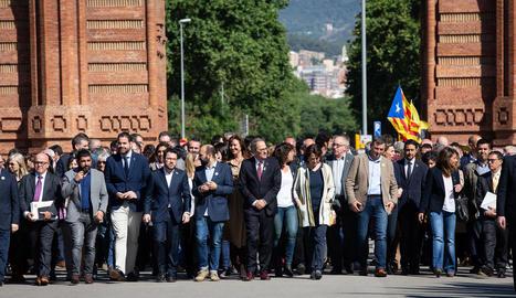 La plana major de les entitats i partits independentistes acompanyen Torra, ahir, a Barcelona.