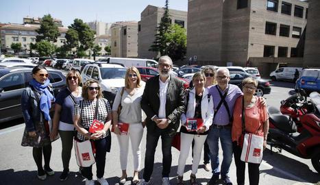Larrosa i membres de la seua llista van fer campanya ahir pel barri Universitat.