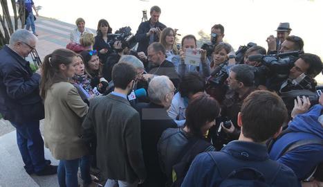 El bisbe de Barbastre, envoltat pels mitjans abans d'entrar als jutjats.