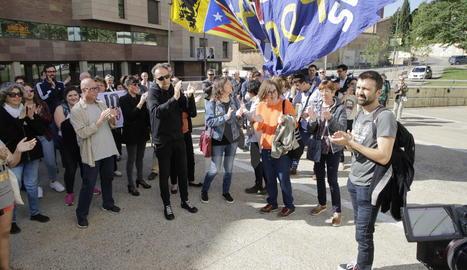 Pau Juvillà, a la dreta de la imatge, a la seua arribada aquest matí a l'edifici judicial de Lleida.