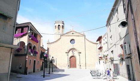 Imatge d'arxiu de la renovada plaça de l'Església de la Transfiguració de Juneda.