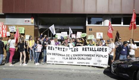 La concentració de professors d'ahir davant la delegació d'Ensenyament.