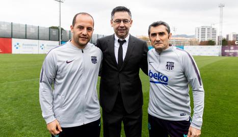 Lluís Cortés, amb el president Josep Maria Bartomeu i Ernesto Valverde, tècnic del primer equip.