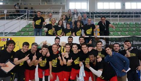 Els jugadors de l'Ilerdauto Nissan Pardinyes celebren el triomf sobre el filial del Gran Canària.