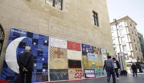 Exposició de tapissos elaborats a mà per familiars de morts pel VIH, ahir davant de l'IEI.