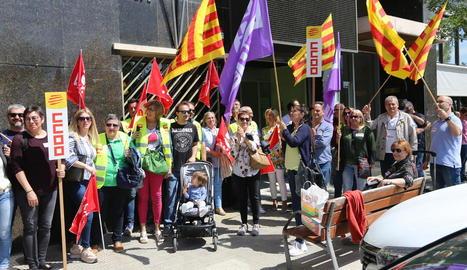 Mobilització ahir de CCOO i UGT d'acció social davant la seu de Benestar Social a Lleida.