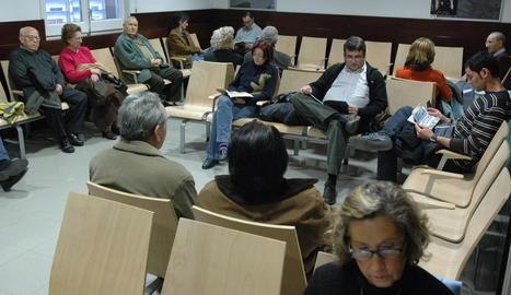 Imatge d'arxiu de pacients en una sala d'espera d'un CAP.