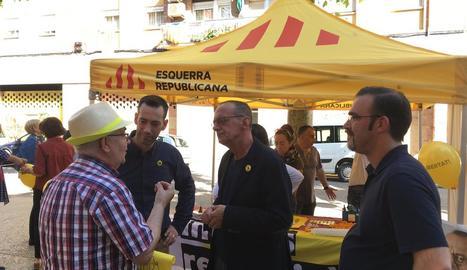 Pueyo i membres de la seua llista van visitar ahir comerços del barri de Cappont.