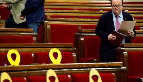 El primer secretari del PSC, Miquel Iceta, abandonant el seu escó en un Parlament semibuit.