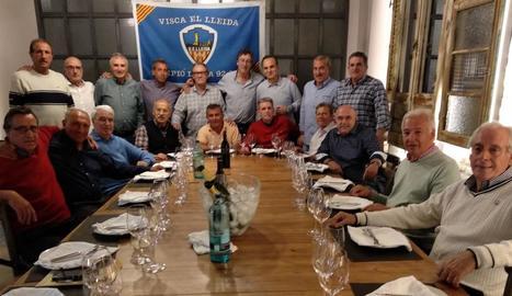 Grup d'exjugadors del Lleida que es van reunir ahir al restaurant Tòfol.