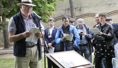 Un centenar de persones es van congregar ahir als Jardins George Orwell de l'Hospital Santa Maria de Lleida per homenatjar l'escriptor.