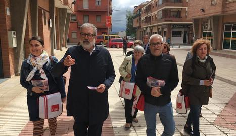 Larrosa, acompanyat de membres de la seua candidatura, durant la visita al barri del Secà de Sant Pere.