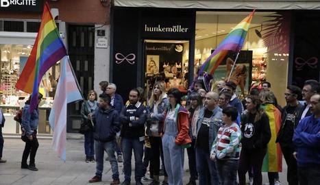 Colors de Ponent va organitzar una concentració davant de la Paeria en el Dia contra l'LGBTI-fòbia.