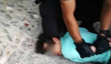 L'home va ser detingut per la policia local cobert de sang.