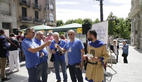 Un instant de la negociació entre les forces mores i cristianes, ahir a la plaça Paeria