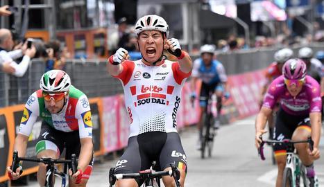 L'australià Caleb Ewan va tornar a aixecar, dos anys després, els braços en senyal de victòria al Giro.