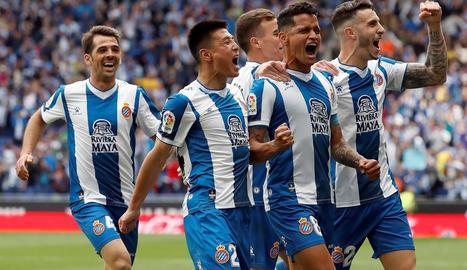 Els jugadors de l'Espanyol celebren un dels gols.