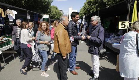 Postius, ahir al mercat de Pardinyes, on va aprofitar per parlar amb compradors i paradistes.