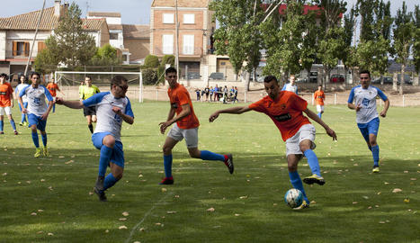 Una jugada del partit d'ahir entre la Fuliola i l'Albagés, que va acabar en empat.