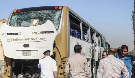 Imatge de l'autobús de turistes atacat a prop de les piràmides.
