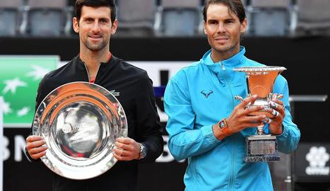 Novak Djokovic i Rafa Nadal, amb els trofeus que els acrediten com a finalista i campió a Roma.