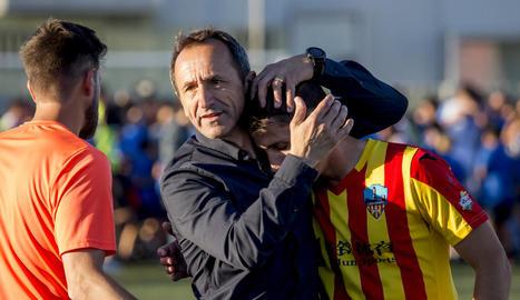 Oliva consola Calavera al camp del Balears al confirmar-se que el Lleida no faria 'play-off'.