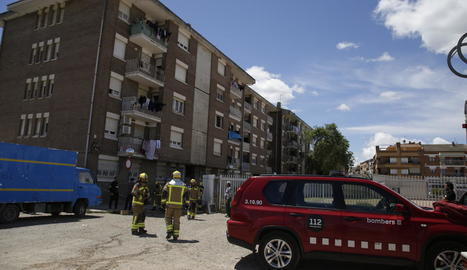 Bombers i Guàrdia Urbana, ahir al declarar-se un incendi en un habitatge del Secà de Sant Pere.
