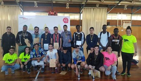 Els futbolistes guardonats, després de l'acabament del campionat organitzat per la Paeria.