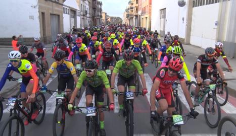 Més de 500 ciclistes participen a la cinquena edició de la Pedal Medieval de Guissona